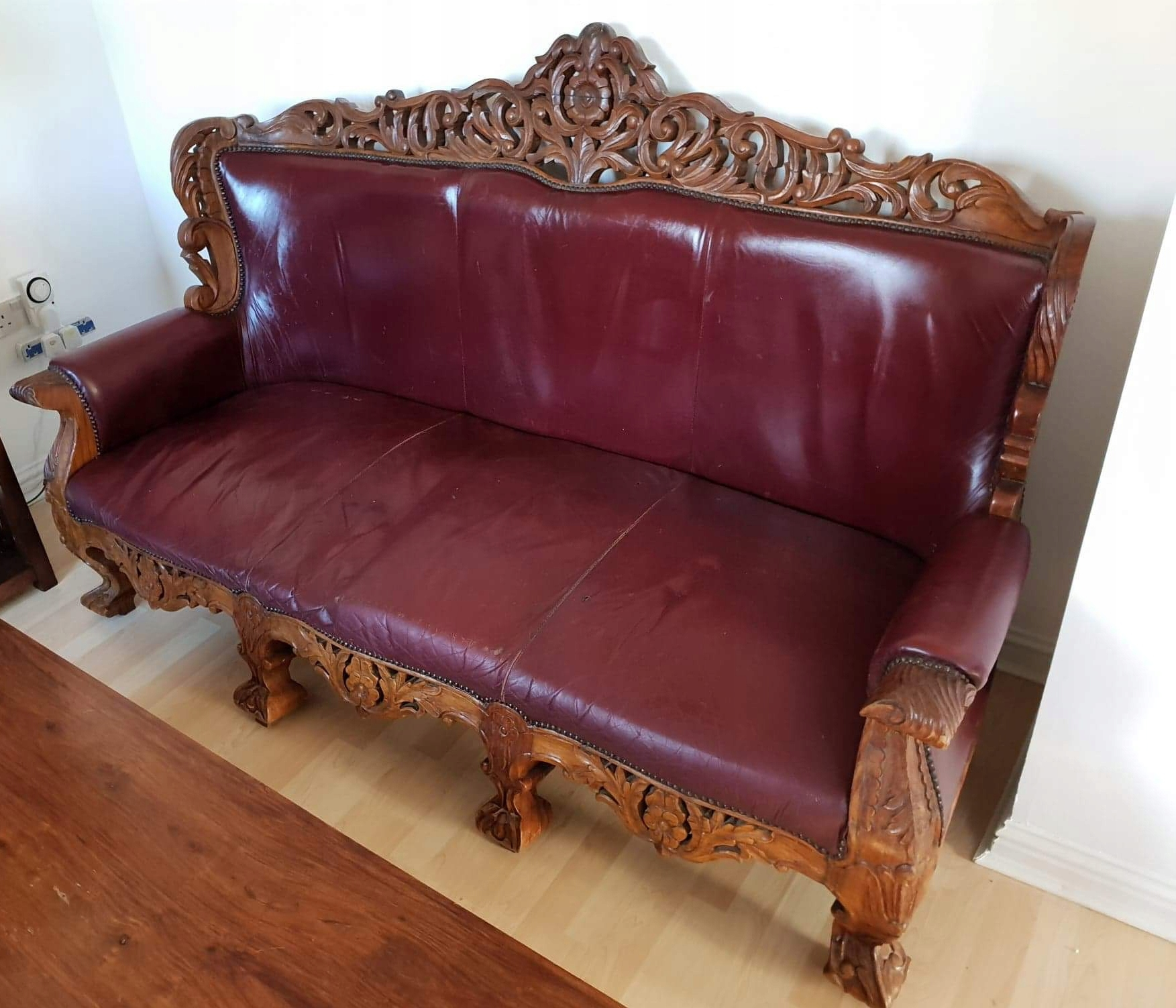 Piękna rzeźbiona sofa