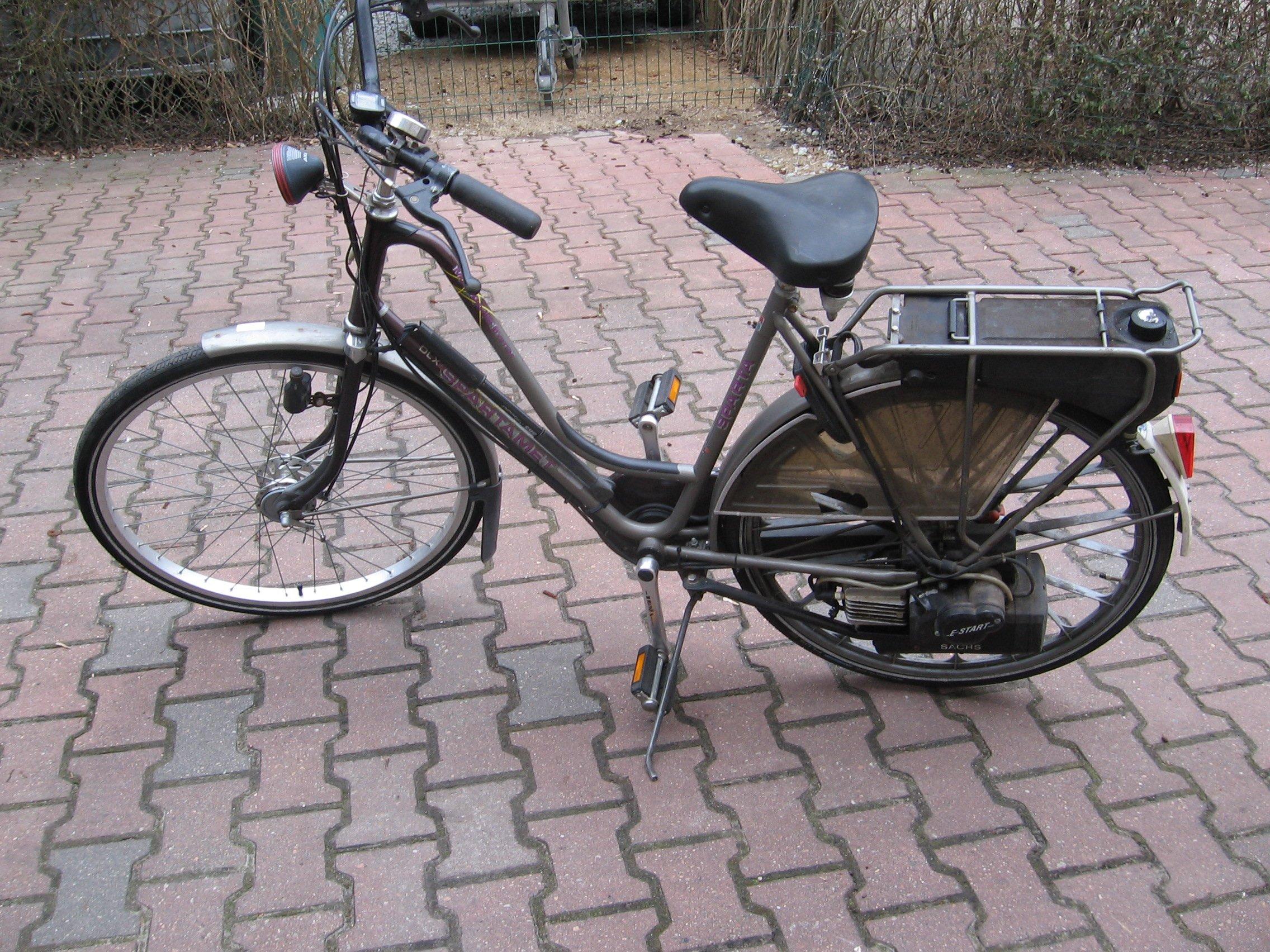 Rower z silnikiem spalinowym i elektrycznym