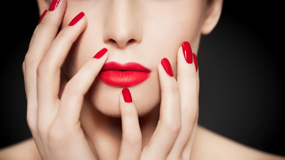 Czerwony lakier do paznokci na lato? Wybierz produkt do 10 zł