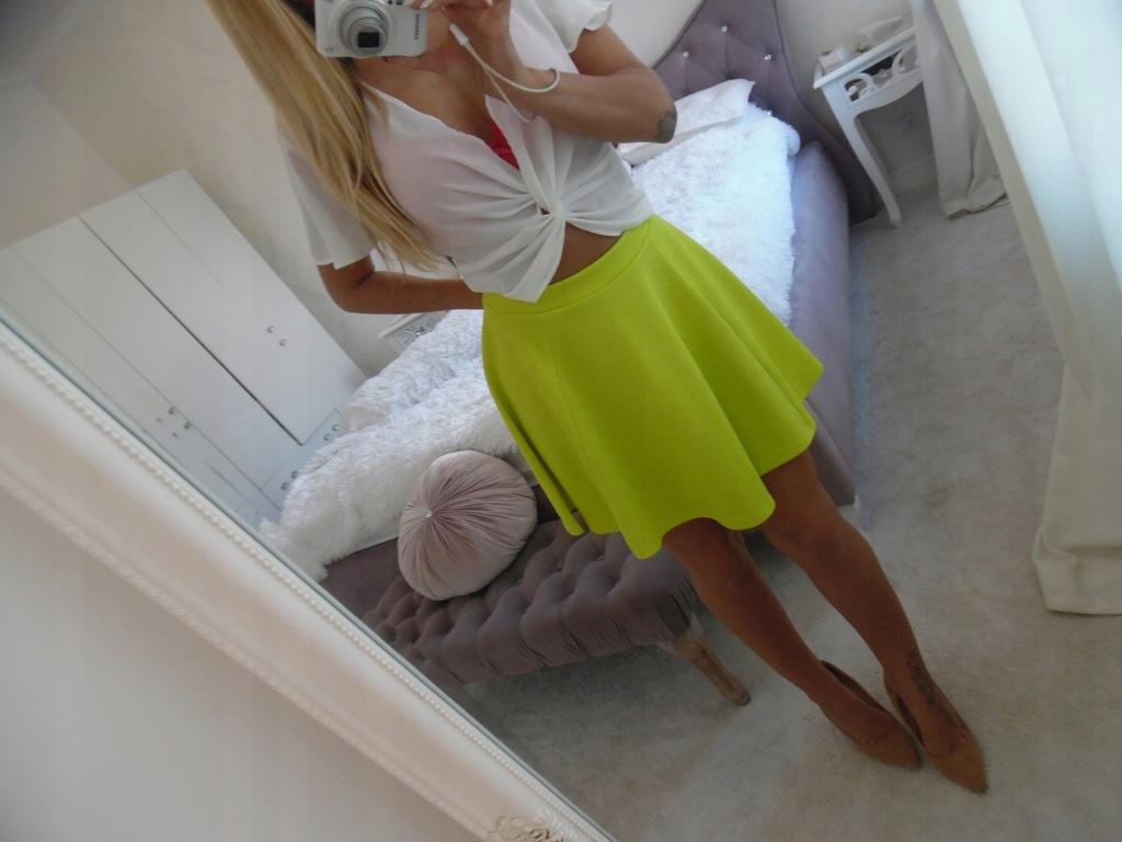 rozkloszowana spódnica neonowa sklep z obuwiem i odzi… na