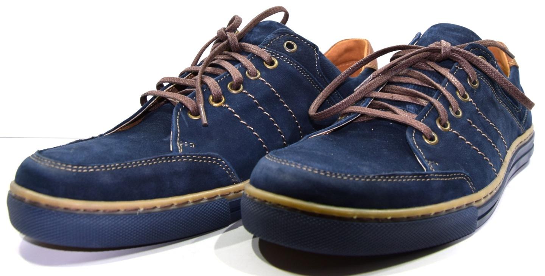 27f9ae68 Obuwie męskie skórzane, modne buty półbuty. Obuwie wykonane z granatowej,  nubukowej skóry z jasnymi przeszyciami. But jest sznurowany kontrastową, ...