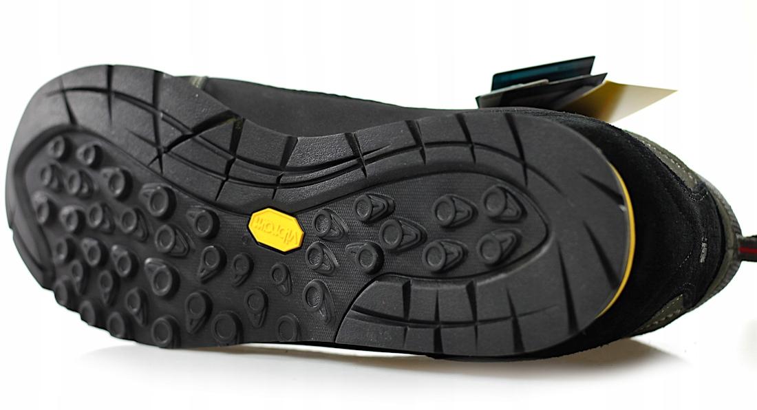 ecdbb3c9 Profilowana podeszwa Vibram charakteryzuje się dużą przyczepnością,  trwałością i odpornością na ścieranie. Dodatkowe przeszycia zapewniają  trwałość. Buty są ...